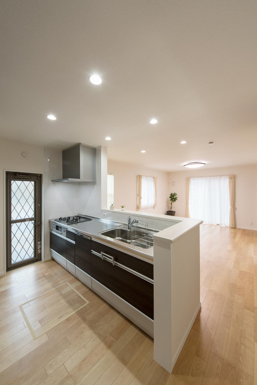 キッチン扉は、ダークカラーの木目調。清潔感溢れるキッチンスペース。