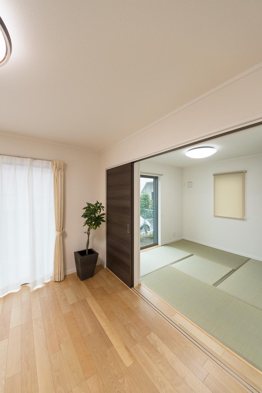 扉を開けてひとつなぎになった畳敷き和室はリビングに開放感をプラスしてくれます。