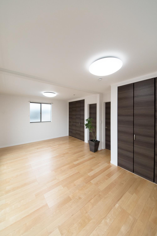 2階洋室/将来的に壁を設けて仕切れるのでご家族の成長に合わせてフレキシブルにご利用できます。
