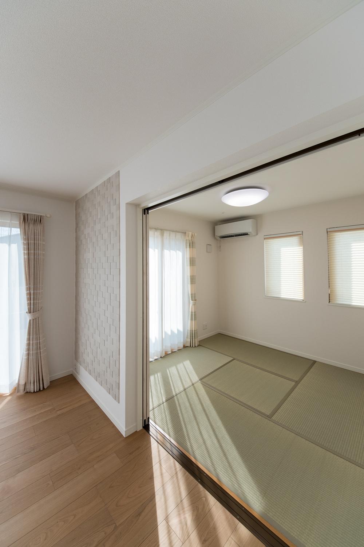 扉を開けると、ひとつなぎになった畳敷き洋室が開放感をプラスしてくれます。