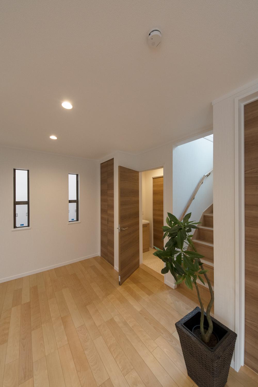 ゲストも使う1階のトイレ&パウダールーム。生活感の出でしまう浴室や洗濯機は2階に配置した間取り。