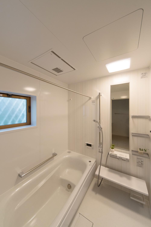 淡い色で表現したストライプ柄のアクセントパネルが、爽やかな空間を演出します。
