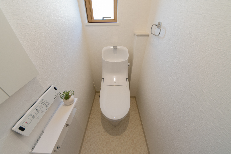 2階トイレ/白を基調とした清潔感のある内装。