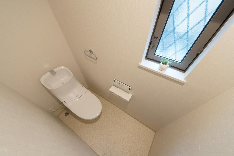 1階トイレ/白を基調とした清潔感のある内装。
