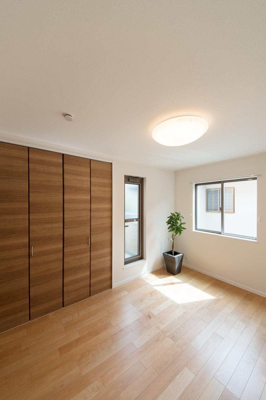 窓から自然のやさしい光が降り注ぐ2階洋室。