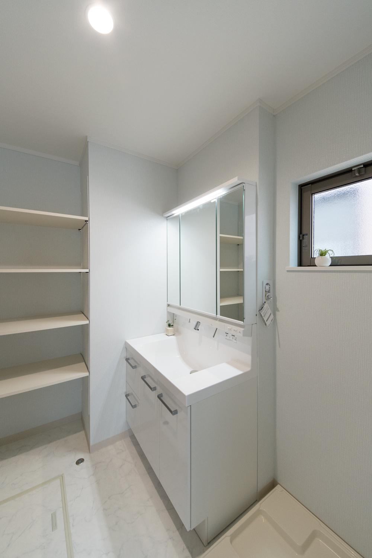 2階洗面室(洗濯機置き場も)/階段を昇らずにバルコニーに行けるので、洗濯の家事動線が良く、時短に!!
