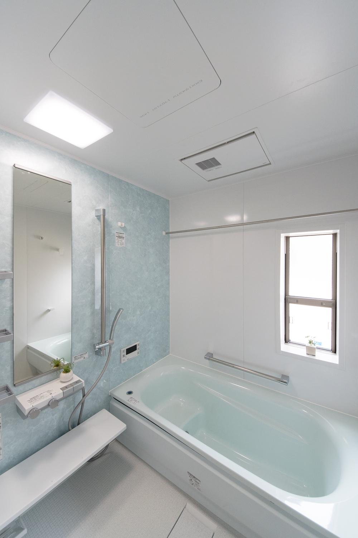 2階バスルーム/大理石をモチーフにした上品なグリーンのアクセントパネルが優雅な空間を演出。
