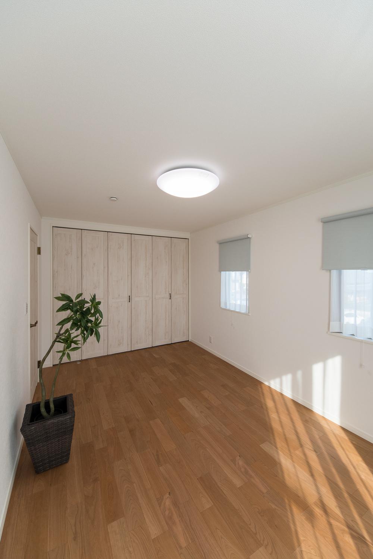 大きなクローゼットを設えた2階洋室。収納たっぷりでいつもすっきりした暮らしを実現できます。
