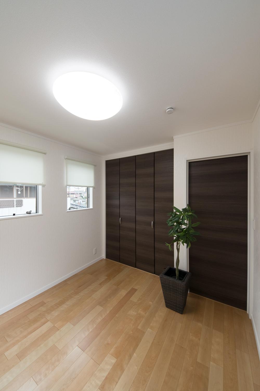 2連の窓が、やさしい光とさわやかな風を室内へと誘います。