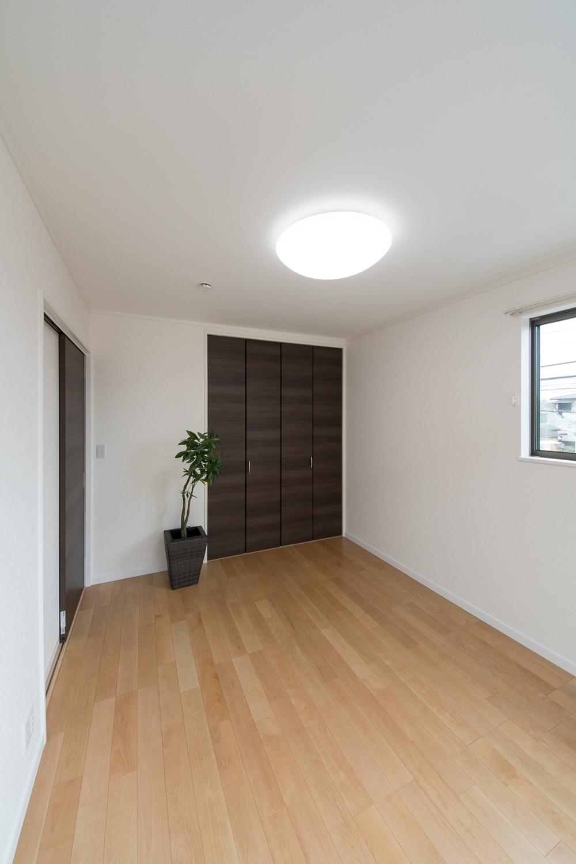 木の優しい風合いを感じる、穏やかでくつろげる洋室。