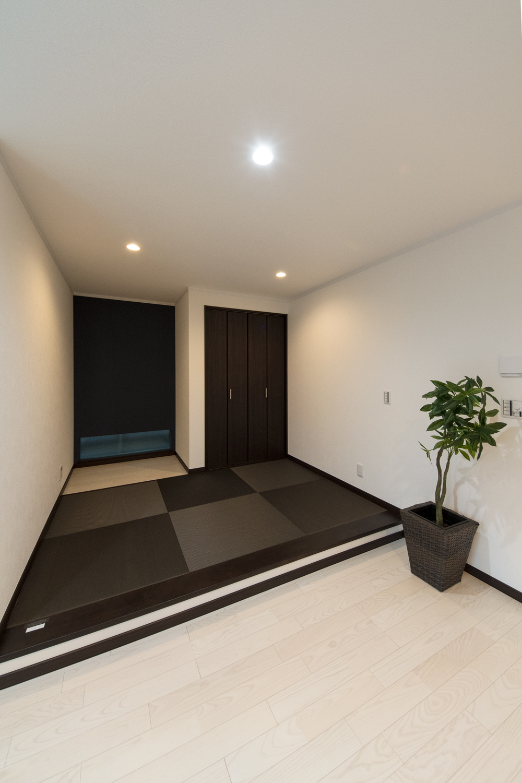 小上がりになった畳敷きスペース/チャコール色の畳を市松敷きにした、イマドキのモダンなデザイン。
