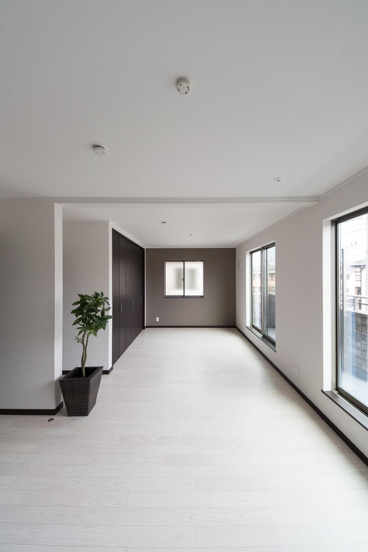 2階洋室/アッシュホワイトのフローリングが窓から差し込む光を反射し、空間を優しく包み込みます。