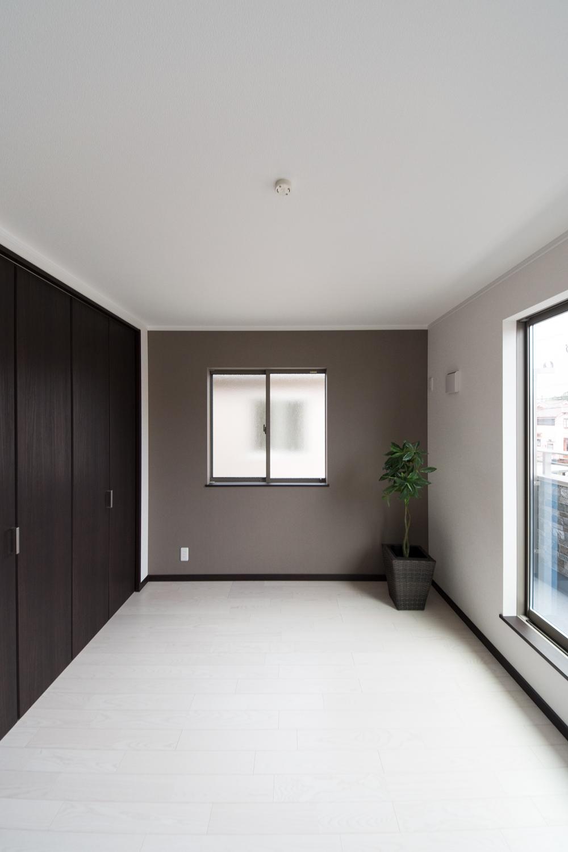2階洋室/グレーのアクセントクロスが、シックで落ち着いた雰囲気の空間を演出。