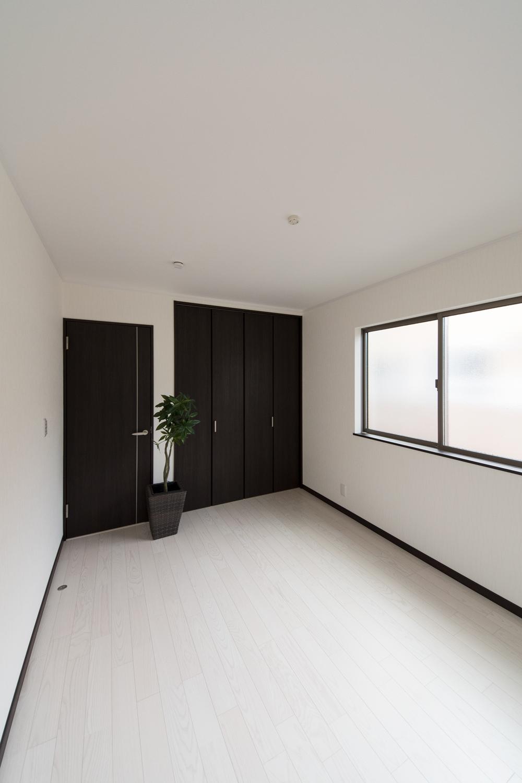 2階洋室/モノトーンカラーの建具とアッシュホワイトのフローリング。シックで大人な雰囲気に。