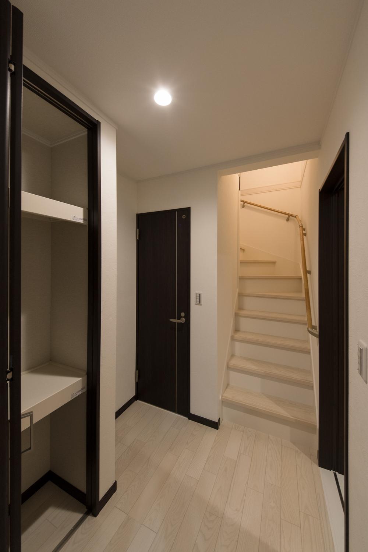 「玄関→リビング→ホール→階段→2階」。リビングを必ず通って2階へ、家族が自然と顔を合わせる間取り。