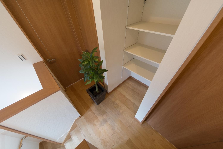2階ホール/収納したい物によって自由に高さを変えられる可動棚を設置しました。