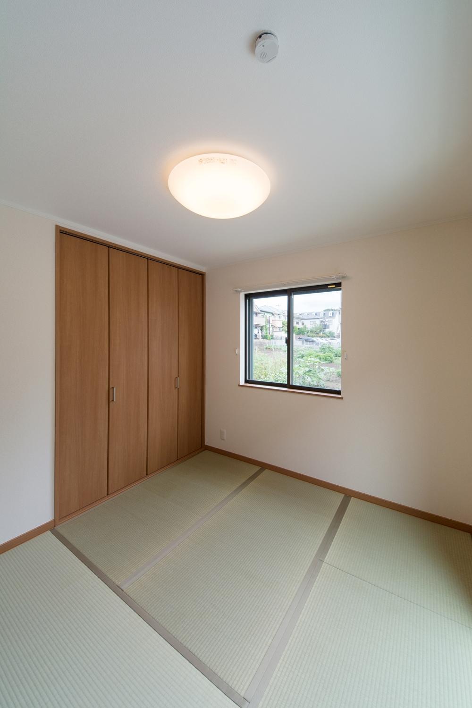 畳のさわやかなグリーンが空間を彩る1階畳敷き洋室。