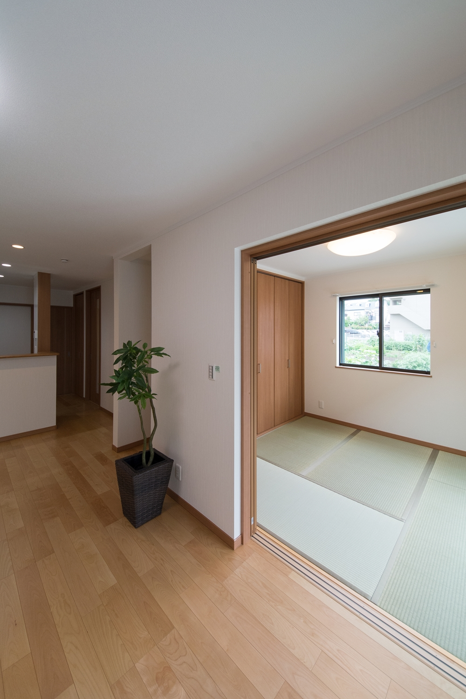 扉を開けてひとつなぎになった和室はリビングに開放感をプラスしてくれます。