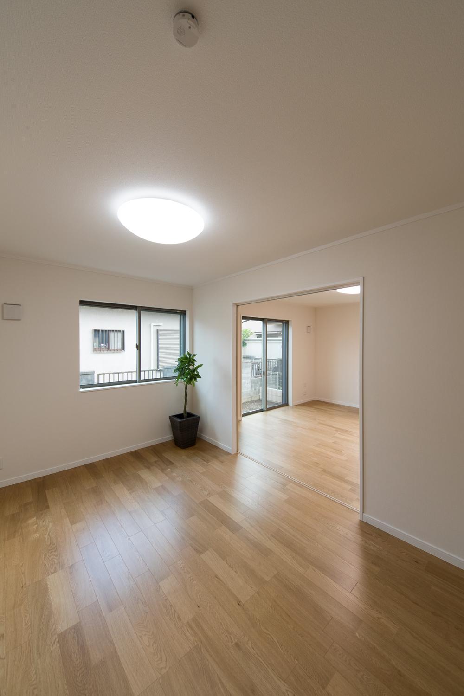 扉を開けてリビングとひとつなぎになった隣の洋室はリビングに開放感をプラスしてくれます。