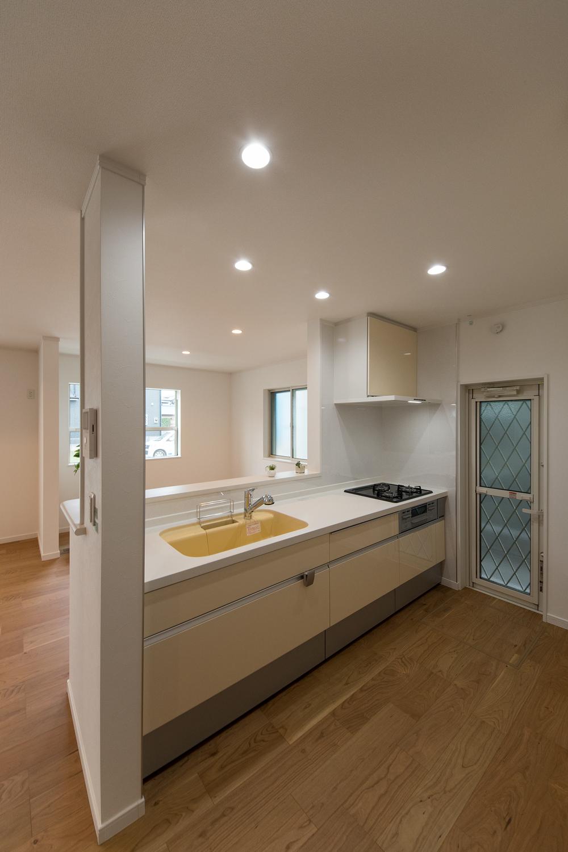 シンクと扉を優しいパステルカラーでアクセントにしたキッチン。