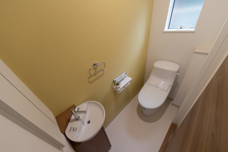 1階トイレ/イエローのアクセントクロスが空間を彩ります。手洗いを設置して使い勝手のよい空間になりました。