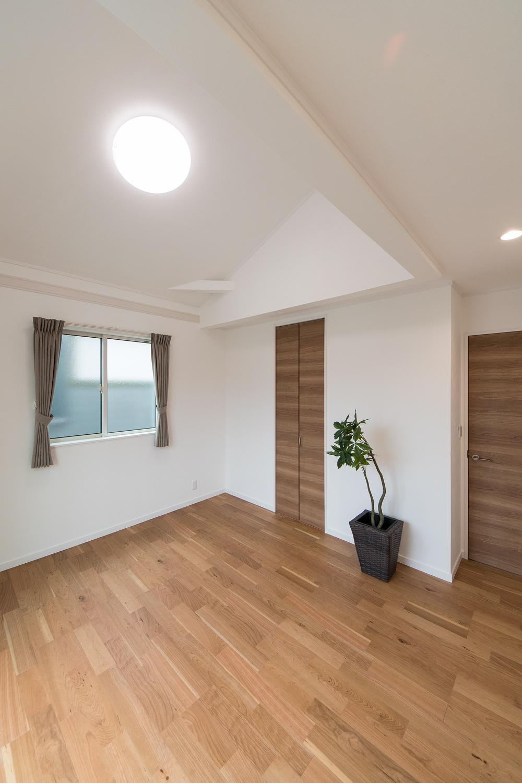 2階洋室/屋根の形に合わせて傾斜を持たせた勾配天井を設えました。空間が広がり開放的です。