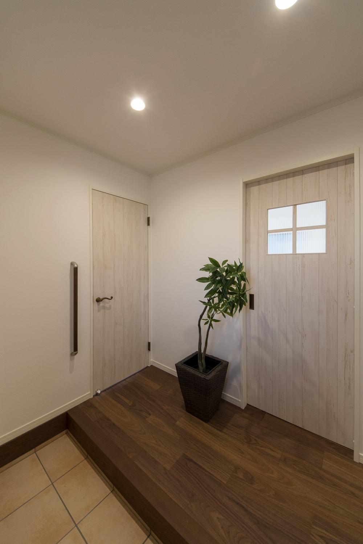 広々とした玄関ホール。昇り降りをやさしくサポートする手摺を設置しました。