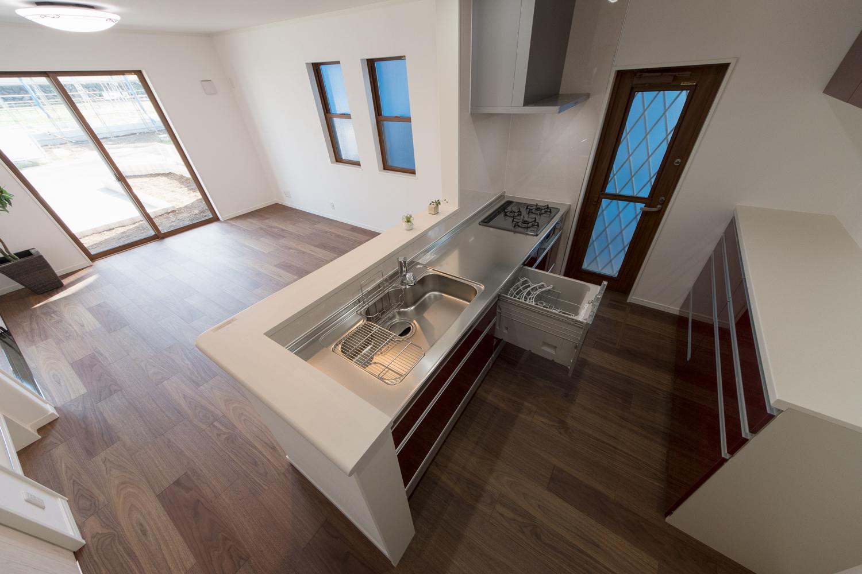 食器洗い乾燥機やカップボードを施し、見た目も機能美も追及したキッチン。