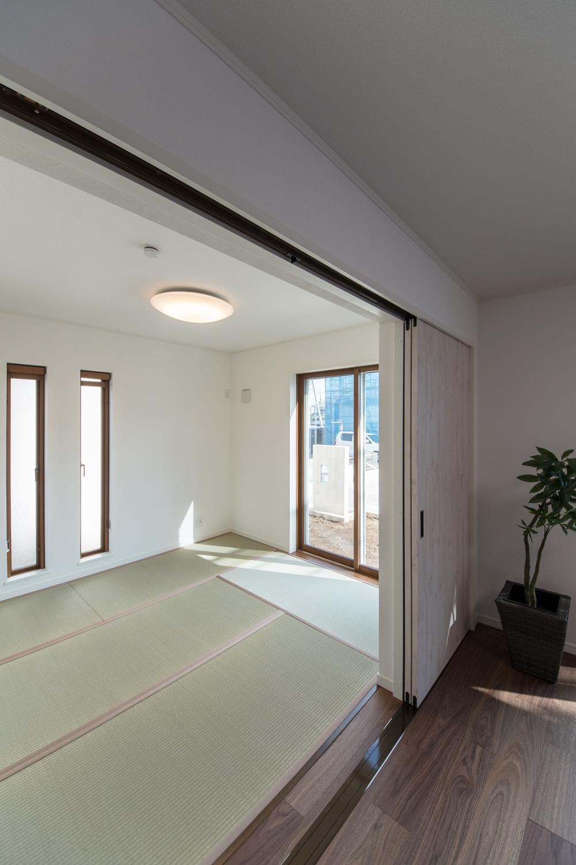 扉を開けてひとつなぎになった畳敷き洋室はリビングに開放感をプラスしてくれます。