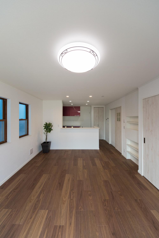 最高級の家具や内装材として長い歴史を持つウォールナットのフローリング。節を残した個性的な木目は、伝統を感じさせる重厚感があります。