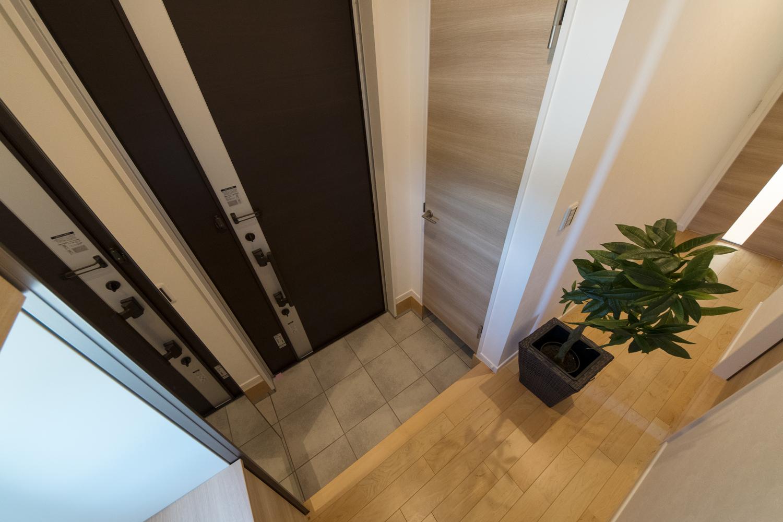 シューズクロークのある便利な玄関。ナチュラルな配色で暖かみのある空間。