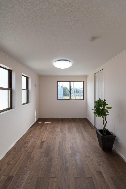 2階洋室/ウォールナットのフローリングに、シャビーシックなデザインの白い建具や収納がアンティークな風合いを演出。