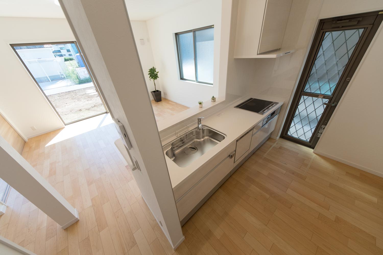 家事を楽しみながら部屋全体を見渡せる対面式キッチン