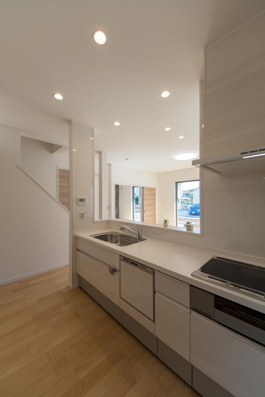 表情豊かな白木調のキッチンがやわらかな雰囲気をつくります。