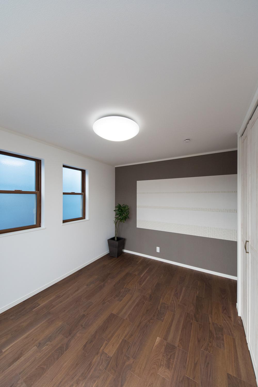 2階洋室/お部屋のアクセントに、グレーのクロスと空気を美しく整える効果のあるインテリア壁材「エコカラット」を施しました。