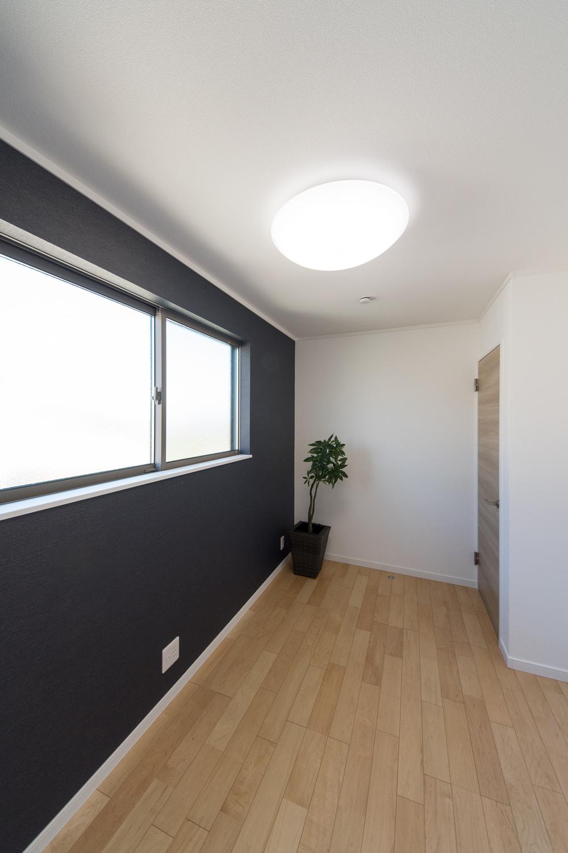 2階書斎/シックな色のアクセントクロスが、集中力が高まる良質な空間を演出。