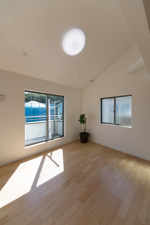 2階洋室/屋根の傾斜を利用した、勾配天井を設えました。開放的で伸びやかな空間。