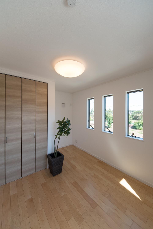 2階洋室/3連の窓が、やさしい光とさわやかな風を室内へと誘います。