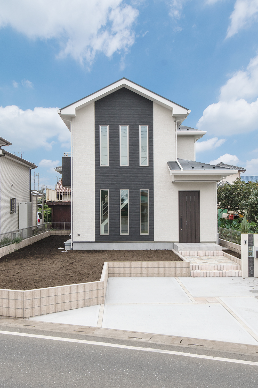 美しい真っ白な空間と、飾りみたいなお洒落なオープンスタイルの階段がある魅力的な住まいが完成しました。
