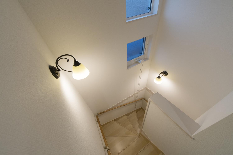 おしゃれなアイアン調デザインの照明が、落ち着いた雰囲気を演出します。