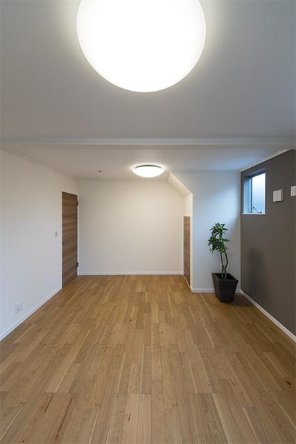 1階洋室/将来的に壁を設けて仕切れるのでご家族の成長に合わせてフレキシブルにご利用できます。