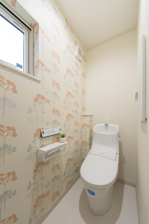 2階トイレ/植物をモチーフにした明るいカラーのアクセントクロスが空間を彩ります。