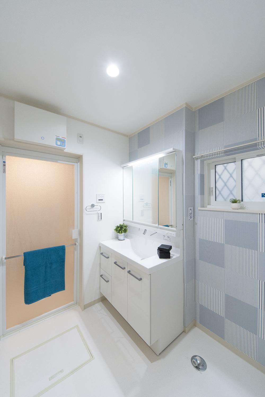 爽やかな配色のアクセントクロスが清潔感ある空間を演出。