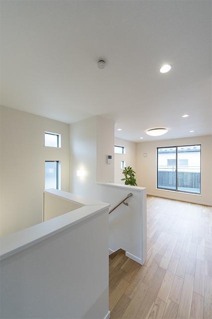 2階に配置したリビング。三面採光で明るく、爽やかな風が空間を包みこみます。