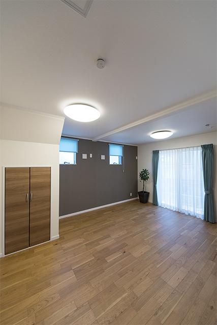 1階洋室/階段下部分に収納スペースを設えました。