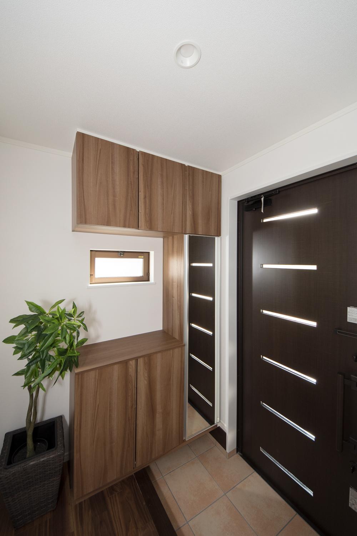 玄関ドアの横スリット部分と小窓から自然光が差し込みます。