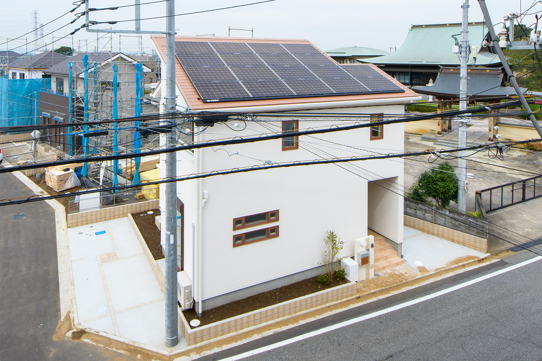 太陽光発電システム/発電した電気をご家庭内で活用し、光熱費を削減。さらに、余った電気は電力会社に売却することで経済効果を生み出します。