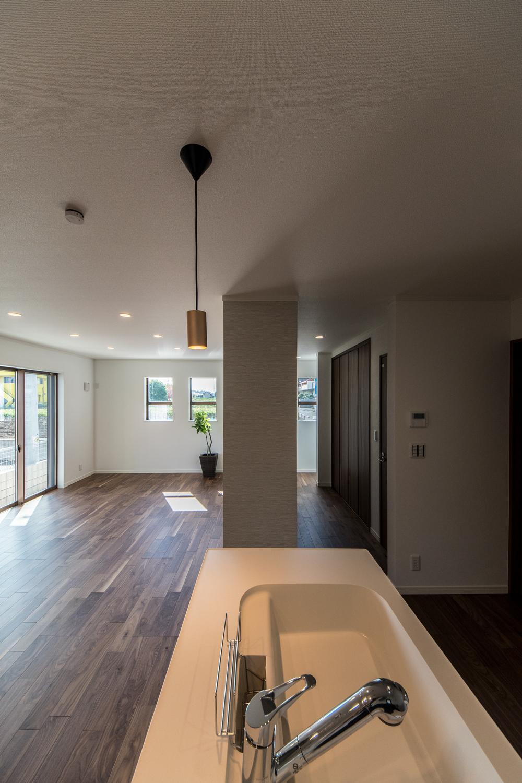 お部屋を見渡せる対面式キッチン。家事をしながらご家族との会話も弾みます。