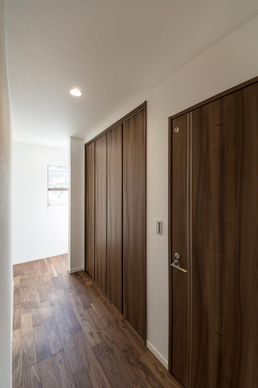1階収納スペース/キッチン横にあるのでパントリーとしても使えて便利。