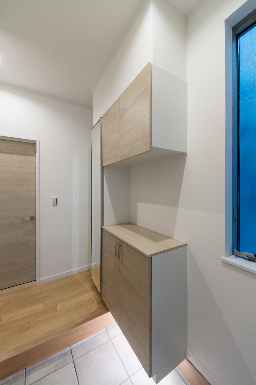 収納棚の下から間接照明が足下を照らします。
